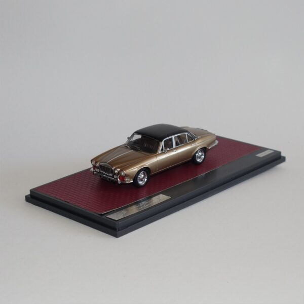 Matrix 40402-012 Daimler Double Six Vanden Plas S1 Sand Metallic